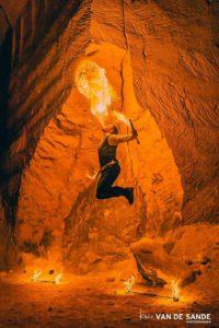 Berend Rijpstra in de mergel grotten in Limburg maakt een sprong tijdens de Vuurshow Product Demonstratie