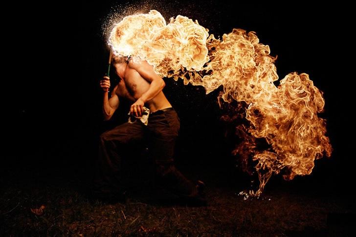 Vuurspuwer Huren Lange Vlammen